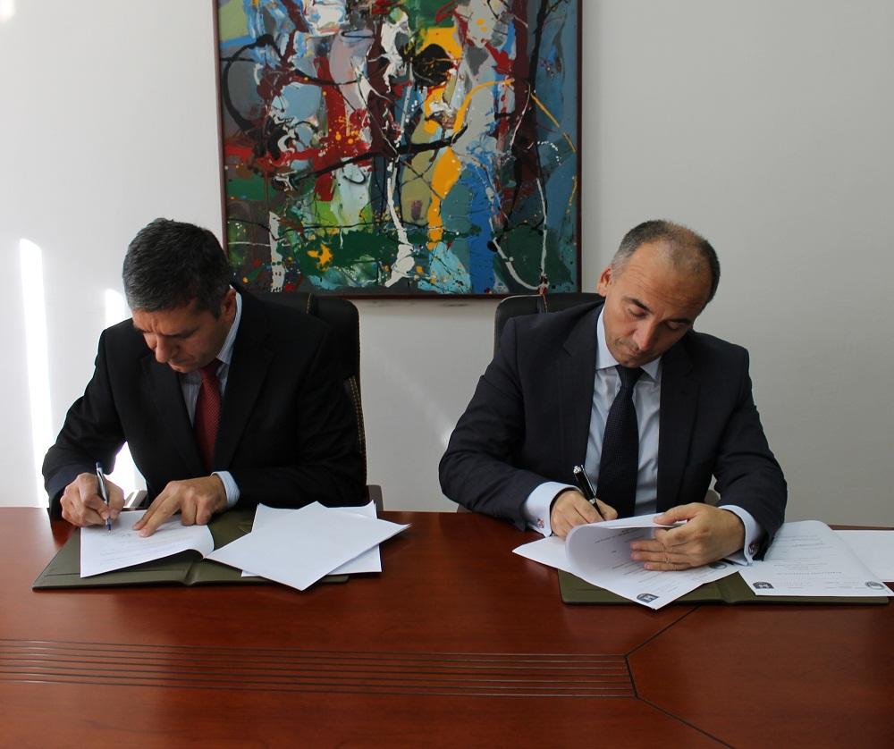 """Nënshkruhet marrëveshje bashkëpunimi në mes të Universitetit """"Haxhi Zeka"""" dhe Komunës së Pejës"""