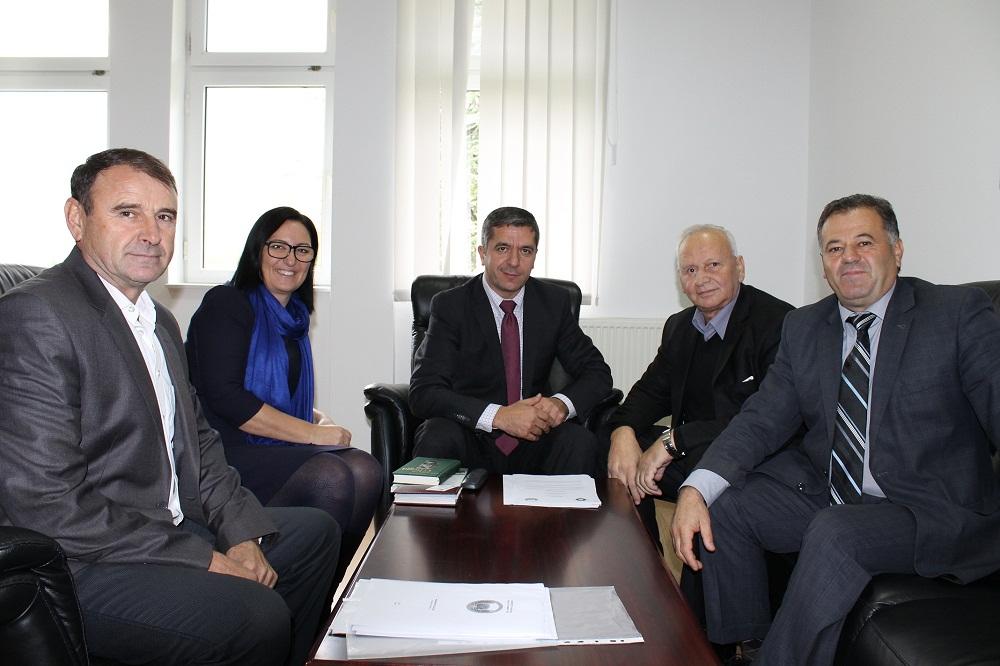 """Nënshkruhet marrëveshje bashkëpunimi në mes të Universitetit """"Haxhi Zeka"""" dhe Universitetit të Zenicës"""