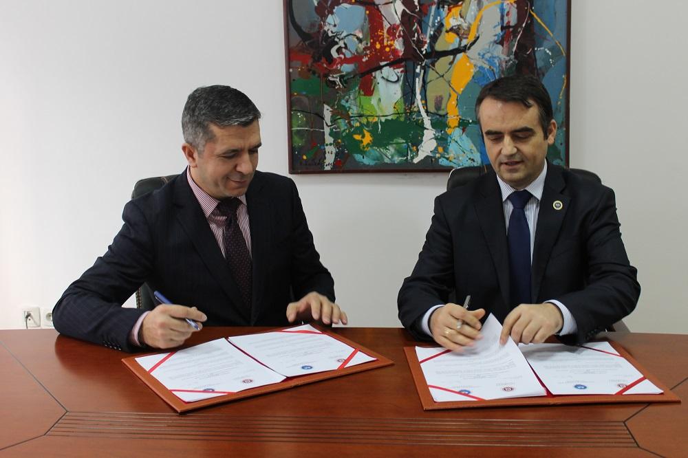 """Universiteti """"Haxhi Zeka"""" në Pejë dhe Universiteti """"Isa Boletini"""" nga Mitrovica nënshkruan marrëveshje bashkëpunimi"""
