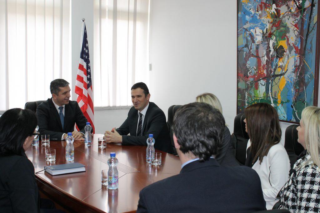 """Universiteti """"Haxhi Zeka"""" dhe Posta e Kosovës nënshkruan marrëveshje bashkëpunimi"""