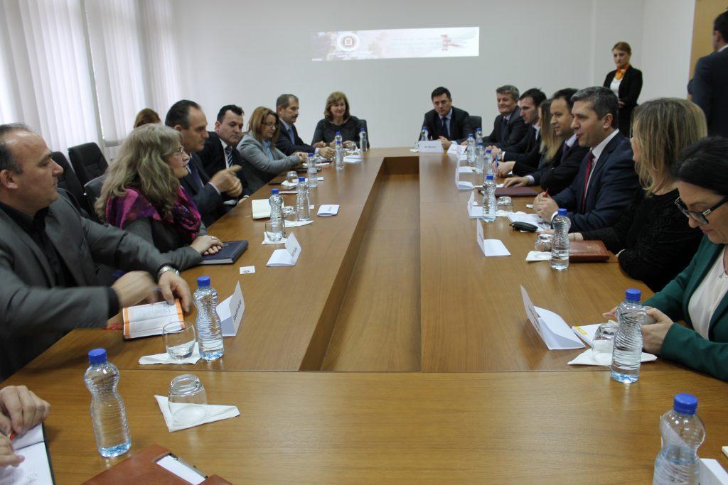 """Universiteti """"Haxhi Zeka"""" priti sot komisionin parlamentar të Republikës së Kosovës"""