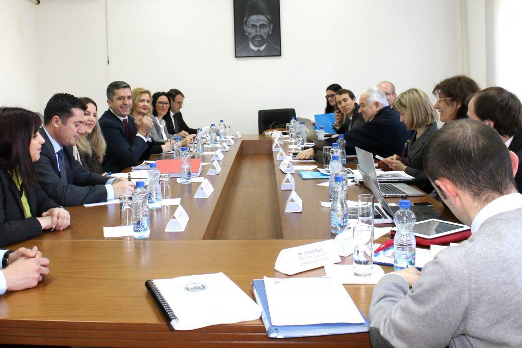 """Ekspertët ndërkombëtar për akreditim vizituan Universitetin """"Haxhi Zeka"""" në Pejë"""