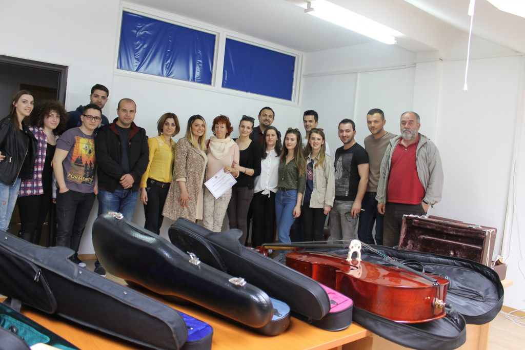 "Fondacioni ""Pirolo Foundation"" dhuron Universitetit ""Haxhi Zeka"" instrumente muzikore"
