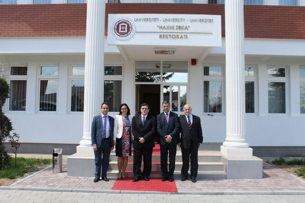"""Ambasadori kroat vizitoi Universitetin """"Haxhi Zeka"""" në Pejë"""