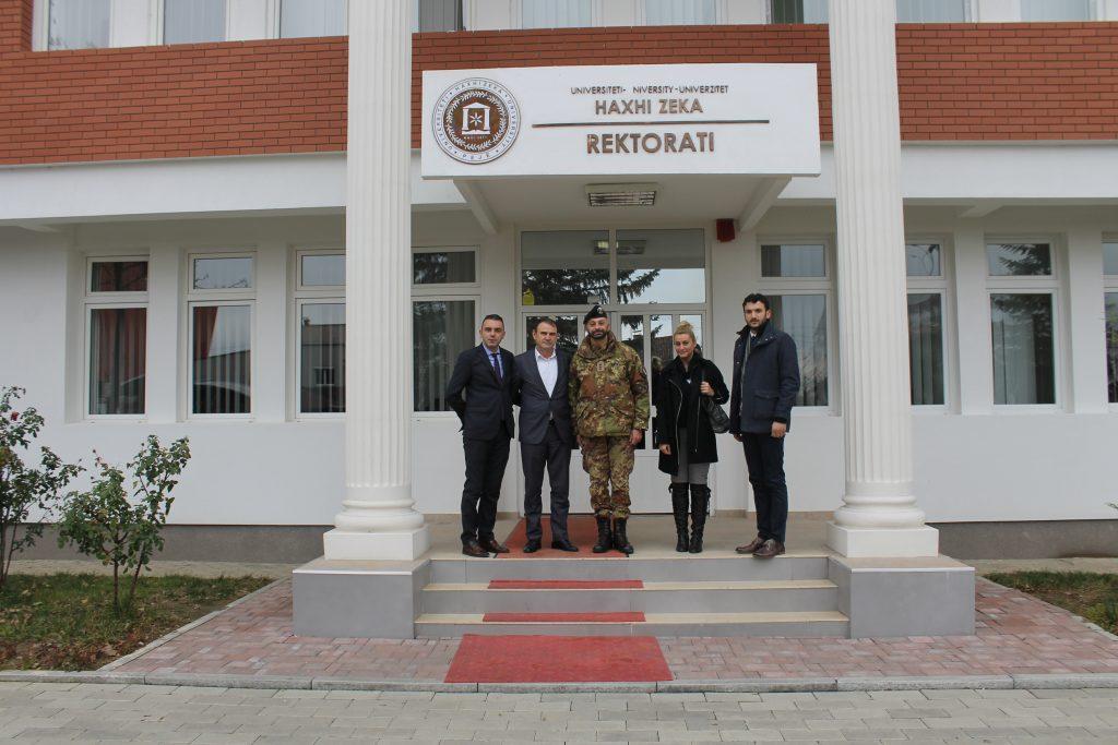 """Përfaqësues të LMT-së nga KFOR-i vizituan Universitetin """"Haxhi Zeka"""""""