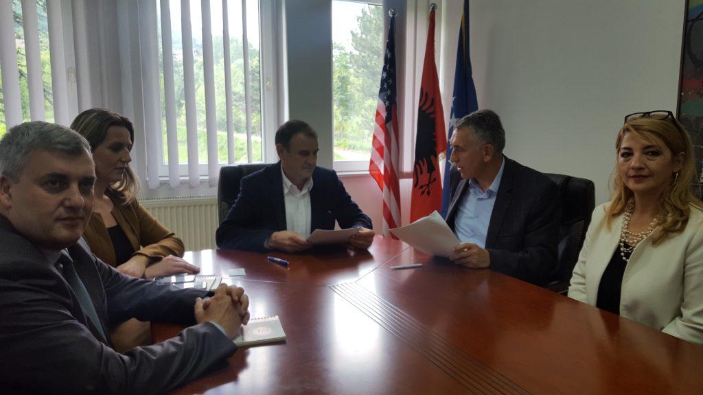 """Universiteti """"Haxhi Zeka"""" nënshkruan marrëveshje bashkëpunimi me Shoqatën e Kontabilistëve të Çertifikuar dhe Auditorëve të Kosovës"""