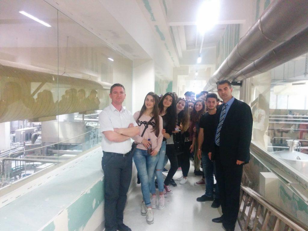 Vizitë studimore e studentëve të Teknologjisë Ushqimore në procesin e prodhimit të lëngjeve, ujit natyral dhe mineral.