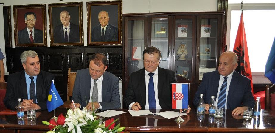 """Universiteti """"Haxhi Zeka"""" nënshkruan marrëveshje me Universitetin e Zagrebit!"""