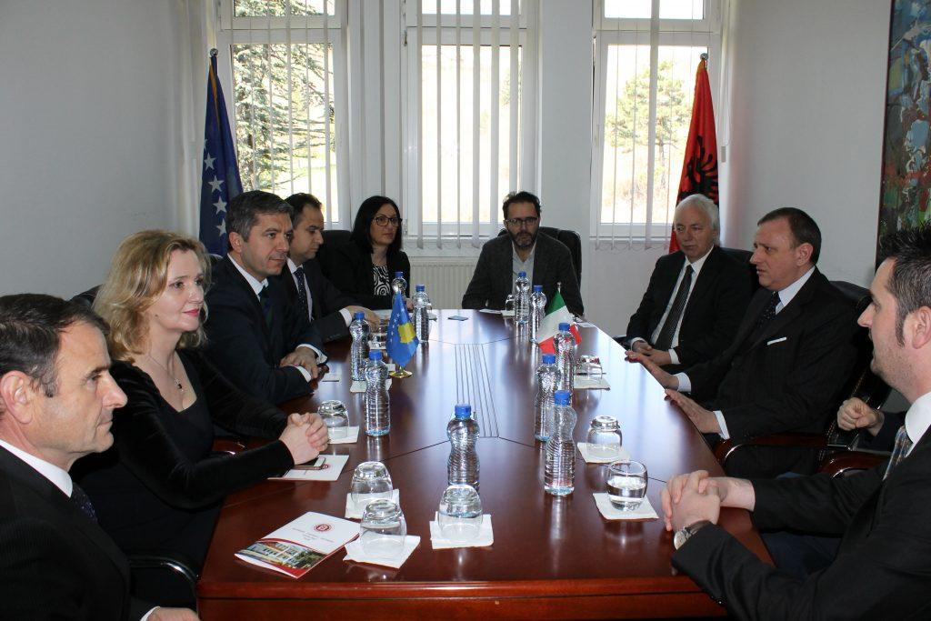 """SH.T. Ambasadori italian z. Ferrarese vizitoi Universitetin """"Haxhi Zeka"""" në Pejë"""