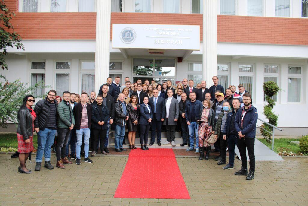 Rektori Prof. Dr. Armand Krasniqi pritet me duartrokitje dhe lule